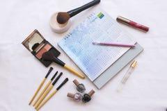 Het gezichts vastgesteld kosmetisch make-up en notitieboekje van de schoonheidshuid Stock Afbeelding