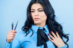 Het gezichtsgreep van de meisjesmake-up tweezer voor wimperuitbreiding Het professionele hulpmiddel van Cosmetic van de make-upku stock foto's