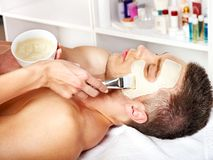Het gezichtsmasker van de klei in beauty spa. Royalty-vrije Stock Afbeeldingen