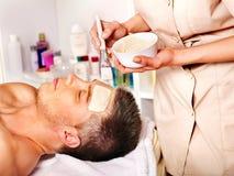 Het gezichtsmasker van de klei in schoonheidskuuroord. Royalty-vrije Stock Afbeelding