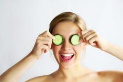 Het gezichtsmasker van de komkommer stock afbeelding