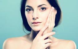 Het gezichtsportret van de schoonheidsvrouw Beautiful spa modelmeisje met perfecte verse schone huid Blauwe grijze achtergrond Royalty-vrije Stock Foto