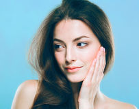 Het gezichtsportret van de schoonheidsvrouw Beautiful spa modelmeisje met perfecte verse schone huid Blauwe grijze achtergrond Stock Afbeelding