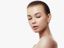 Het gezichtsportret van de schoonheidsvrouw Beautiful spa modelmeisje met perfecte verse schone huid Het donkerbruine vrouwelijke royalty-vrije stock afbeeldingen