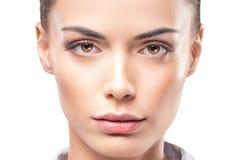 Het gezichtsportret van de schoonheidsvrouw Het modelmeisje stellen in studio in overhemd Wijfje, het reinigen stock foto's