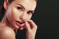 Het gezichtsportret van de schoonheidsvrouw Mooi modelGirl met Perfect Vers Schoon de lippenroze van de Huidkleur stock foto's