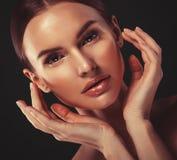 Het gezichtsportret van de schoonheidsvrouw Mooi modelGirl met Perfect Vers Schoon de lippenroze van de Huidkleur royalty-vrije stock afbeelding