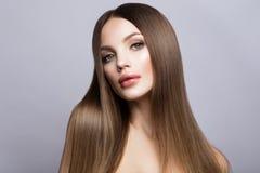 Het gezichtsportret van de schoonheidsvrouw Mooi modelGirl met Perfecte Verse Schone Huid stock fotografie
