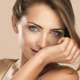 Het gezichtsportret van de vrouwenschoonheid op neutrale kleur met perfum stock afbeeldingen