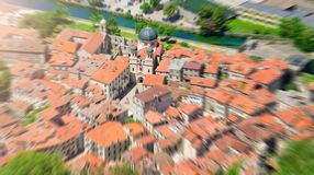 Het gezoem vertroebelde hoogste mening van de oude stad in Kotor concentreerde zich op een kerk montenegro stock afbeeldingen