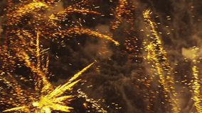 Het gezoemde multicolored vuurwerk exploderen stock footage
