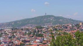 Het Gezoemtuinarchitect van Sarajevo en van de heuvel stock footage
