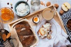 Het gezonde Brood van Ontbijttray snack milk coffee egg Stock Afbeeldingen