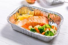 Het gezonde concept van de voedsellevering - maaltijd in fossiele containers royalty-vrije stock foto