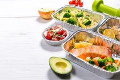 Het gezonde concept van de voedsellevering - maaltijd in fossiele containers stock fotografie