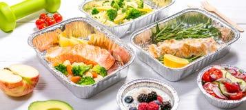Het gezonde concept van de voedsellevering - maaltijd in fossiele containers stock afbeeldingen