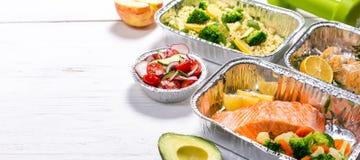 Het gezonde concept van de voedsellevering - maaltijd in fossiele containers stock foto's