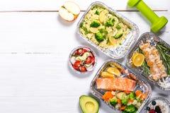 Het gezonde concept van de voedsellevering - maaltijd in fossiele containers stock foto