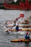 Het gezonde de oefening van de triatlon triathletes sport zwemmen Royalty-vrije Stock Foto's