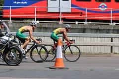 Het gezonde de oefening van de triatlon triathletes sport zwemmen Royalty-vrije Stock Afbeeldingen