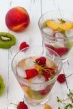 Het gezonde detoxfruit goot op smaak gebracht water De zomer die eigengemaakte cocktail met vruchten, thyme op houten lijst verfr Stock Afbeelding