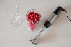 Het gezonde die eten, het koken concept - sluit omhoog van mixerschudbeker met vruchten en bessen smoothie op witte achtergrond w Royalty-vrije Stock Afbeeldingen
