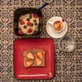 Het gezonde en gezonde havermeel, multigrain brood en vers fruit met espresso ontbijt Royalty-vrije Stock Fotografie