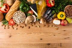 Het gezonde Eten De ui van de olijf Fruit, groenten, korrel, notenolijfolie en vissen op hout royalty-vrije stock afbeelding