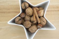 Het gezonde eten, diverse noten in een witte kom, gevormde ster, houten lijst, Kerstmisdecoratie stock afbeelding
