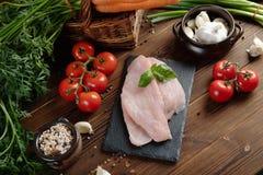 Het gezonde Eten ruw voedselconcept Groenten en de filet van Turkije op houten lijst Hoogste mening royalty-vrije stock foto