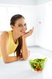Het gezonde Eten Vegetarische Vrouw die Salade eten Voedsel, Levensstijl, Royalty-vrije Stock Fotografie