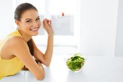 Het gezonde Eten Vegetarische Vrouw die Salade eten Voedsel, Levensstijl, Stock Foto