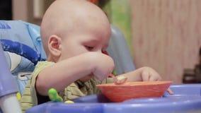 Het gezonde eten voor een baby stock video