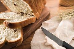 Het gezonde gehele gesneden brood van tarwepitten bij 45 graden stock foto's