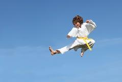 Het gezonde geschikte karatejong geitje springen Stock Afbeeldingen