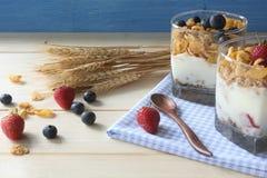 Het gezonde graangewas van de ontbijt Gehele korrel met verse bosbessen en aardbeien stock foto's