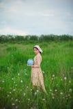 Het gezonde landelijke leven De vrouw op het groene gebied Stock Afbeeldingen