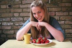Het gezonde Leven - vrouw en strawberrys Royalty-vrije Stock Fotografie