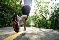 Het gezonde levensstijlfitness sportenvrouw lopen stock foto