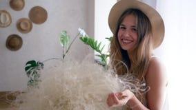 Het gezonde meisje vrij van allergieën met boeket van veergrassen in strohoed kijkt in camera stock footage