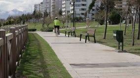 Het gezonde mens cirkelen in de park in openlucht geschiktheid Berijdt de mensen die een fiets, fietser berijden op een zonnige d stock videobeelden