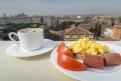 Het gezonde ontbijt met tomaat, worst, gooit eieren en koffie door elkaar Royalty-vrije Stock Fotografie