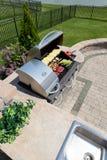 Het gezonde openlucht het leven koken in een de zomerkeuken Royalty-vrije Stock Afbeelding