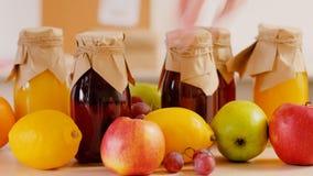 Het gezonde organische fruit van het voedings eigengemaakte sap stock videobeelden