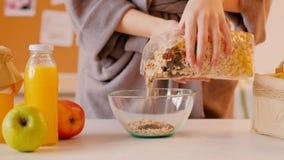 Het gezonde sap van de vrouwenmuesli van het voedingsontbijt stock video