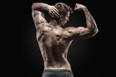 Het gezonde spier jonge mens tonen terug en bicepsenspieren royalty-vrije stock afbeeldingen