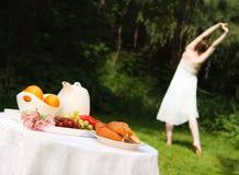 Het gezonde Uitrekken van de Vrouw zich vóór een Ontbijt van de Zomer Royalty-vrije Stock Foto's