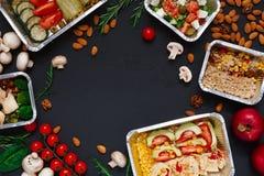 Het gezonde voedsel haalt in dozen, achtergrond op zwarte weg stock afbeelding