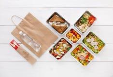 Het gezonde voedsel haalt in dozen, hoogste mening bij hout weg stock afbeelding
