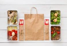 Het gezonde voedsel haalt in dozen, hoogste mening bij hout weg stock fotografie